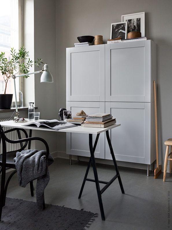 Waar laat je al die rommel op je bureau? Berg je boeken en laptop op in een robuuste opberger: keukenkastjes! | Wooninspiratie IKEA IKEAnl IKEAnederland inspiratie werkplek werkkamer bureau bureaublad keukenkast KNOXHULT kast opbergen CAPITA poten poot ARÖD bureaulamp lamp ÄLMSTA stoel rotan STRIMLÖNN plaid deken