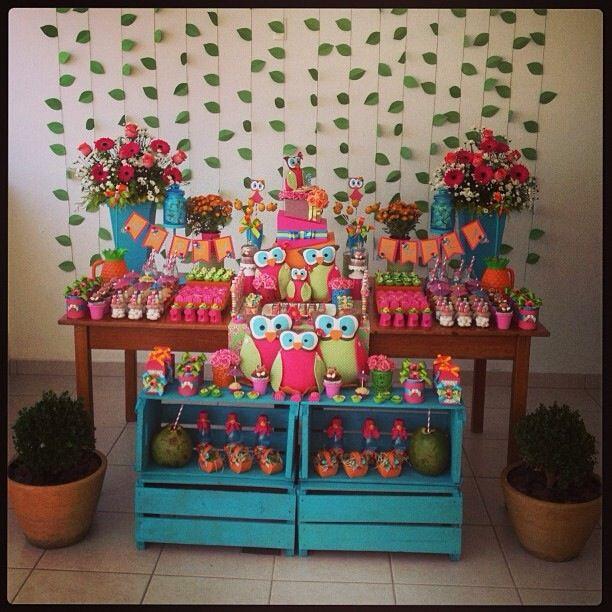 Quem disse que uma festa de coruja e de um ano tem que ser delicada? Como é verão, e sei que crianças gostam de cores, optei pelo tema Coruja Tropical, nas cores pink, azul turquesa, verde e laranja! #cacauparty