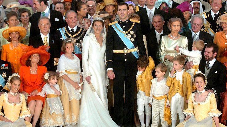 22. Mai 2004: Kronprinz Felipe und Prinzessin Letizia posieren mit ihrer Hochzeitsgesellschaft für ein Gruppenfoto © Picture-Alliance / dpa