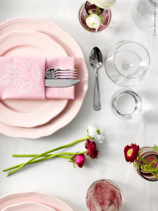 En varm ton av rosa är särskilt vackert i det kalla januariljuset så här års. Duka med rosa ARV tallrikar och GRÖNLING bestick.