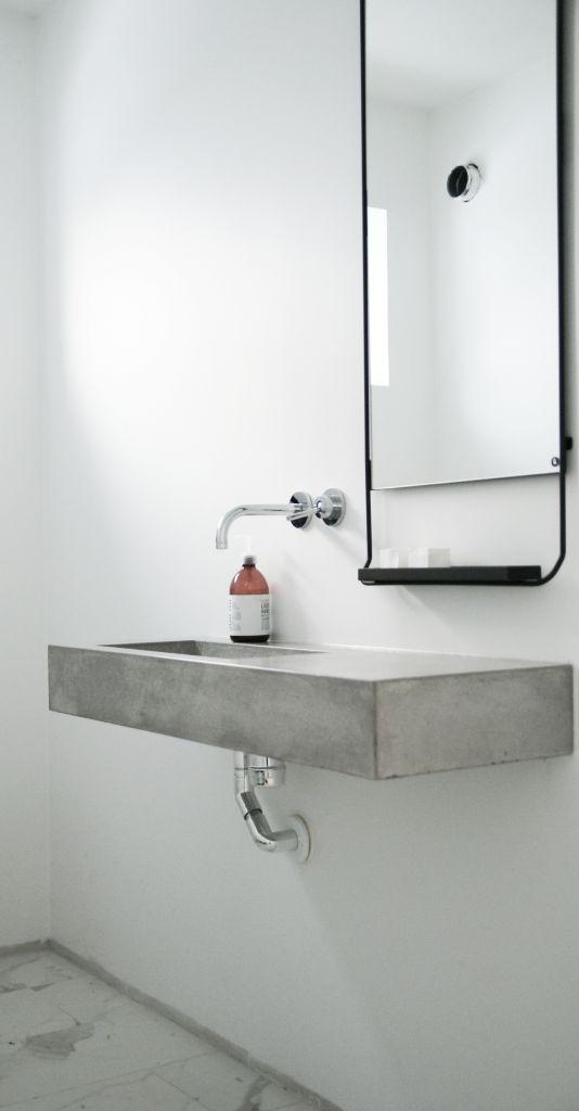 lavamaonos y encimera hecha de microcemento para poder tener la forma redonda de la pared