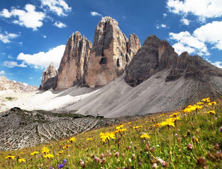Tre Cime di Lavaredo, Włochy.  Ten masyw składa się z trzech głównych szczytów, z których najwyższy jest Cima Grande położony na wysokości 3003 m n.p.m. Można się tu dostać jedynie drogą wspinaczkową.