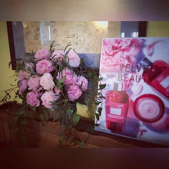 Pivoine pour L'Occitane ! #dual #dualevents #lesgarconscreateurs #yesdual #echipapedundal #voila #paeonias #pink www.yesevents.ro