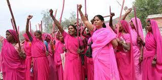 Medyascope ///  Tecavüze, tacize, şiddete karşı pembe sopalı kadın savaşçılar