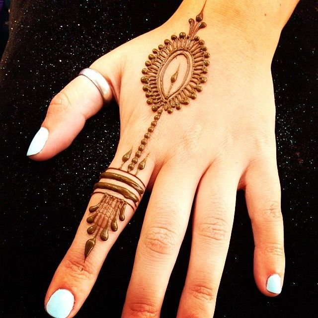Simple and pretty! #heartfirehenna