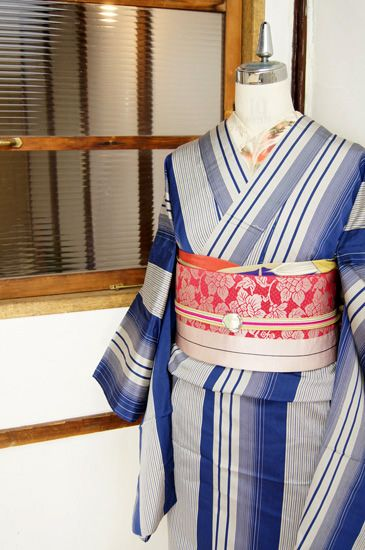 Stripes of blue, such as clean water is a beautiful single kimono dignified - and deep blue and dark blue Kokkuri close to ya sister □ ■ ■ □ kimono online shop / recycled antique kimono, in two shades of dark gray color, thin black accent Kiririto It is a single and beautiful kimono-like rhythmic clearness stripes draw was woven out now choose trendy color, a gradient graceful dull.