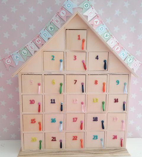 Calendario de adviento.Casita de madera. www.mommas.es