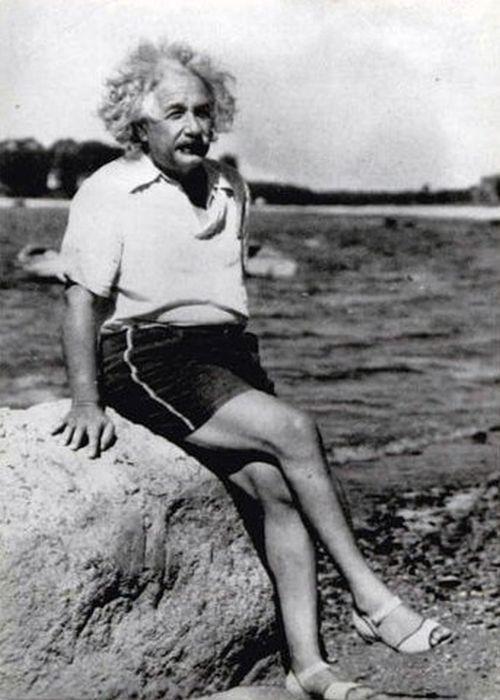 Einstein con sandalias de tacón.