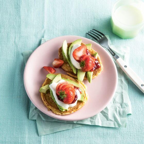 Schuimomeletje met aardbeien en avocado
