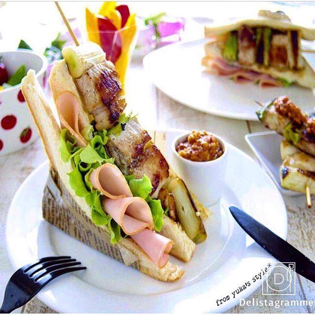 ouchigohan.jp 2017/06/14 21:52:20 【アイデアいろいろ!日本の食材でつくるご当地ハムぱくサンド大集合!】 . みなさんのご当地食材は何ですか?😊🤙 北海道から沖縄までと、その土地ならではの食べ方を知るのは面白いですよね。🎉 そこで今回は、ご当地の食材とハムぱくサンドを融合させた、ご当地ハムぱくサンドを募集したところ、アイデアいっぱいのメニューが集まりましたので、ご紹介させていただきます!👀🤳 真似てみたいレシピを見つけてみてくださいね💁♂️🏝🎶 . キャンペーンの投稿テーマになったご当地ハムぱくサンドとは、食パンを3枚用意し、片方に『朝のフレッシュ ロースハム』を4枚以上使い、もう片方には、ご当地の食材(味噌カツや明太子、野沢菜、笹かま、じゃがいもなど)を使ったサンドイッチです。🌮🥙😋 ロースハムとご当地の食材がサンドされていればOK! というもの。 . @uetarium さんは思わず2度見してしまうほどの斬新なハムぱくサンドを作っていらっしゃいましたよ!…