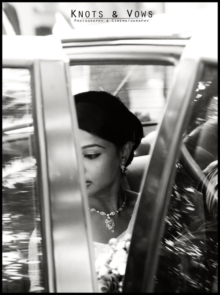 Bride getting down from the car.. #knots and vows #wedding photography #candid photography #mumbai wedding photography