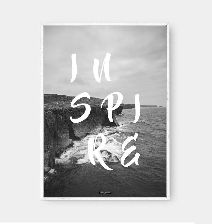 Sort hvid fotokunst design plakat med inspirerende billedtekst. Inspire er et motiverende design som passer til den nordiske boligindretning. Hænger flot og stilet ved siden af andre sort hvid plakater. Passer godt ind i en billedvæg med flere plakater.