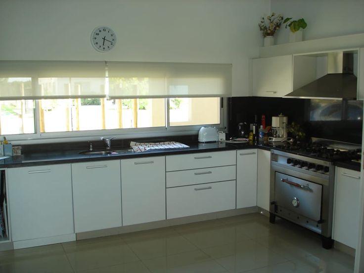 Mirá imágenes de diseños de Cocinas de estilo rústico en blanco: Cocina integrada. Encontrá las mejores fotos para inspirarte y creá tu hogar perfecto.