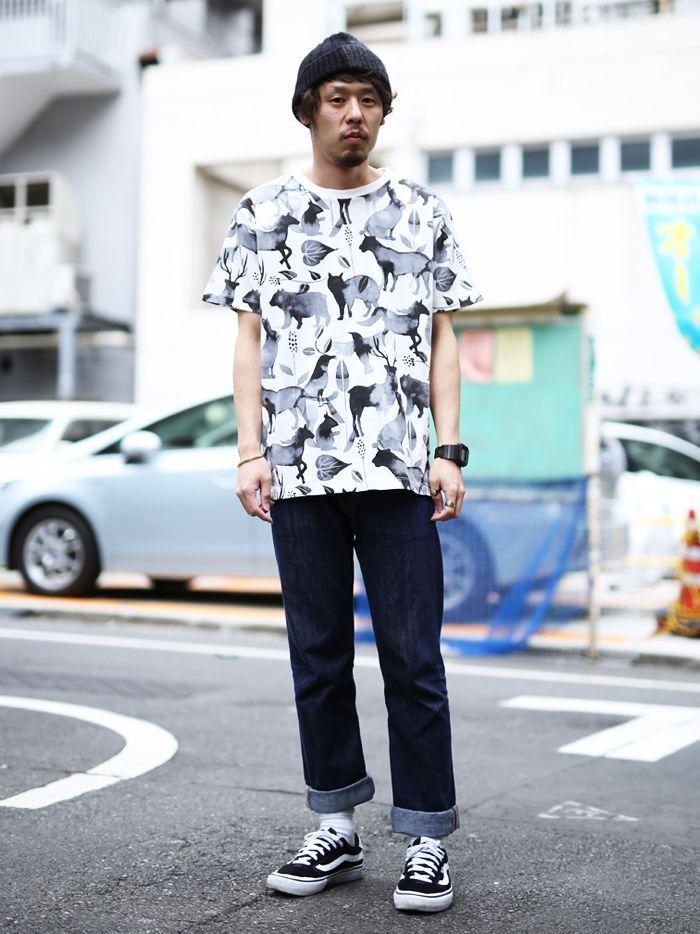 動物の影が多数描かれている総柄Tシャツです。カラーが白黒のため、総柄でも使いやすく格好いいデザインです。