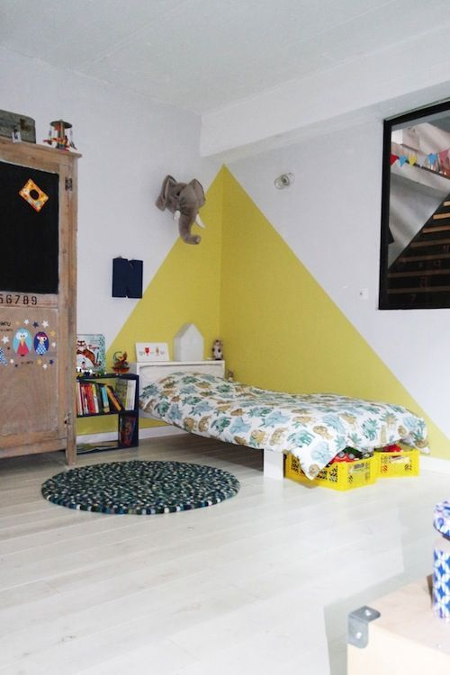 chez camille ameline, nanelle, chambre d'enfant, kid room, yellow, peinture murale, jaune, triangle