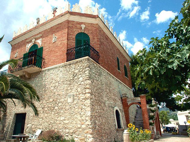 «La Torre Saracena venne costruita nel 1569 sotto l'ordine del viceré spagnolo don Pedro di Toledo. È la terza torre costiera appartenente al territorio della Capitanata.  Un tempo isolata nella splendida e spaziosa campagna di Mattinata, la sua parte sommitale è oggi ampiamente compromessa da una moderna sopraelevazione. Attualmente è sede di una attività turistica».