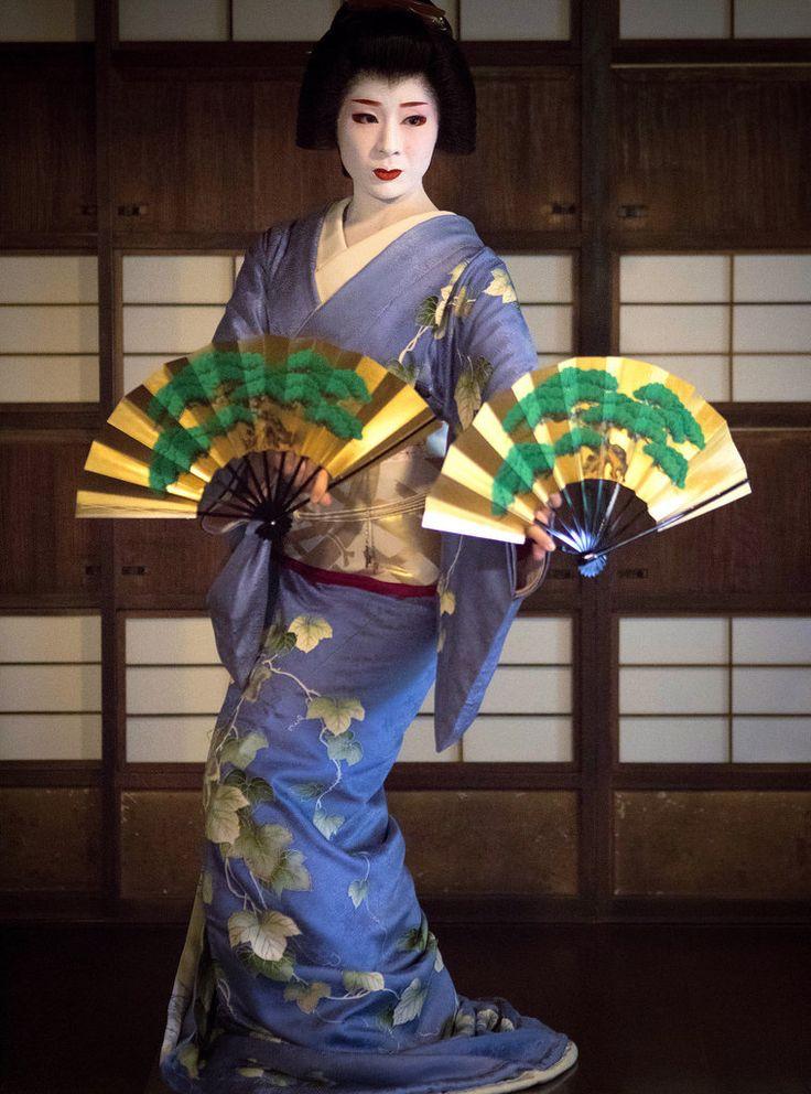 """geisha-kai: """"December 2016: geiko Miharu of Gion Higashi dancing the """"Matsu Zukushi"""" dance by Kyoto Flower Tourism """""""