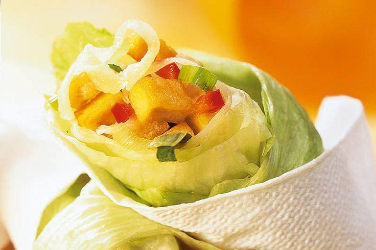 Das Rezept für Chili-Tofu im Salat-Wrapper mit allen nötigen Zutaten und der einfachsten Zubereitung - gesund kochen mit FIT FOR FUN
