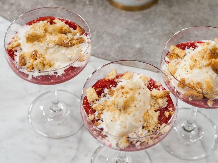 Rabarberkompott med vaniljglass och kaksmulor | Recept från Köket.se
