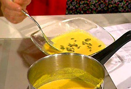 Morotssoppa med ingefära och apelsin     En krämig soppa med morot, ingefära och apelsin. Jag serverade med VB-paj till.