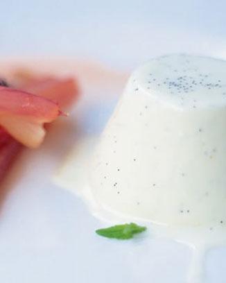 Pannacotta dle Jamieho, uprav.: 2 smetany (celk 500ml), citron. kůra, vanilkový lusk, 3-4 plátky želatiny (cca 6g), 30g moučk. cukru. 1 smetana s vyškrábanými semínky vanilky, luskem a čerstvou citronovou kůrou do rendlíku, 10 minut vařit. Odstavit, vyndat lusk a pak vmíchat želatinu (nabobtnalou ve studené vodě). Druhou smetanu ušlehat s cukrem a obě směsi spojit, do malých kalíšků do ledničky min. na hodinu. Vyndat tak, že se kalíšky nahřejí a vyklopí. Lusk osušit a dát k cukru na ovonění.