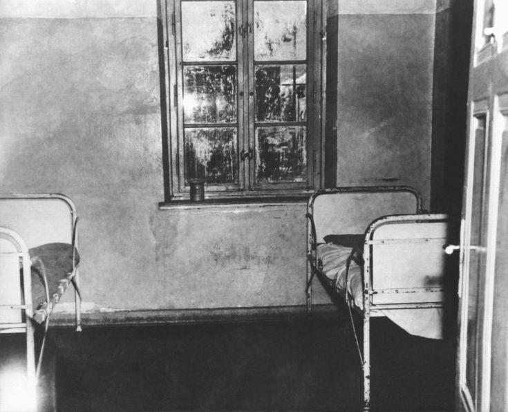 Blick in ein Krankenzimmer  der Landesheil- und Pflegeanstalt Hadamar: Der...