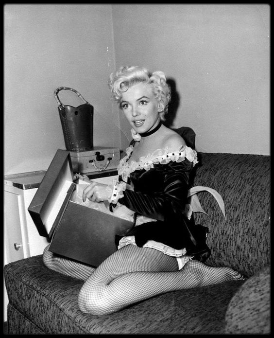 "1954 / Marilyn lors du tournage du film ""There's no business like show business"" (La joyeuse parade), notamment avec Johnnie RAY, un de ses partenaires dans le film, lui dédicaçant une photo."