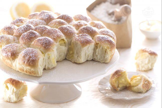 Il danubio dolce è una torta soffice formata da tante palline di pasta lievitata. Questa versione del danubio nasconde un cuore di crema pasticcera.