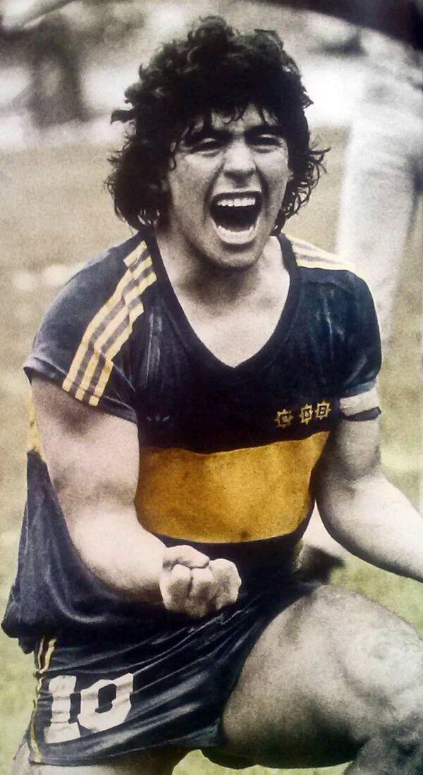 2 de Agosto de 1981, en La Bombonera. Puño cerrado, grito de gol. Maradona festeja con el alma el gol de Perotti (asistencia magistral de Diego) que luego sería victoria 1-0 de Boca Juniors sobre Ferrocarril Oeste, rival directo en la pelea por el título. #Leyenda #Legend