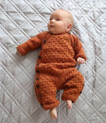 Passelig tynn heldress til barn strikket i mykt, håndfarget merinogarn i duotoner. Dressen har praktisk knepping på begge sider.