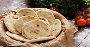 Lipiile pita sunt o alegere ideală între lipiile clasice și pâine. Acestea sunt asemănătoare cu chapati indian, lavașul armenesc și lipiile tradiționale irakiene. Lipiile de casă sunt numai bune pentru rețetele cu iz exotic, cum ar fi mâncarea libaneză sau indiană. La fel, acestea pot fi pregătite pentru a fi servite cu salata sau carnea preferată, precum și pentru a-i bucura pe cei dragi cu o pâine de casă deosebit de aromată și delicioasă. Echipa Bucătarul.euvă dorește poftă bună alături…