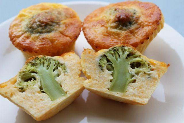 Sýrové muffiny s překpvapením. Muffiny jsou bez jakékoli mouky, tedy bezlepkové. Ingredience: vejce, mozzarella, chedar, lučina, brokolice