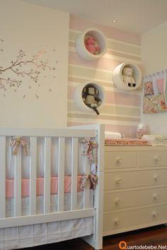 Quarto de menina em tons pastel. Gosto do papel de parede e dos apontamentos decorativos!