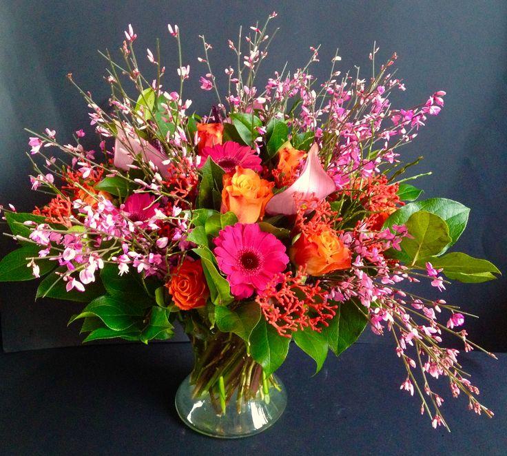 Boeket lichtroze brem, donkerroze gerbera's, oranje rozen, lichtroze anthurium