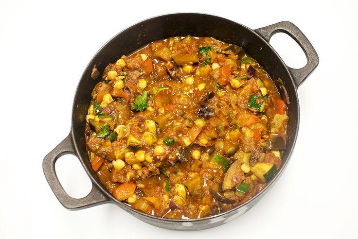 Marokkansk middag på under halvtimen – med dadler, apriokoser, kikerter og couscous. Ingredienser til 4 porsjoner: 2 dl tørka eller 1 boks hermetiske kikerter 1 rødløk 1 kinesisk hvitløk 1 aubergine 1 grønn squash 1 rød paprika 3 ss matolje 2 ts spisskummen 2 ts paprikapulver 1 ts gurkemeie 1 ts chilipulver 0,5 ts kanel …