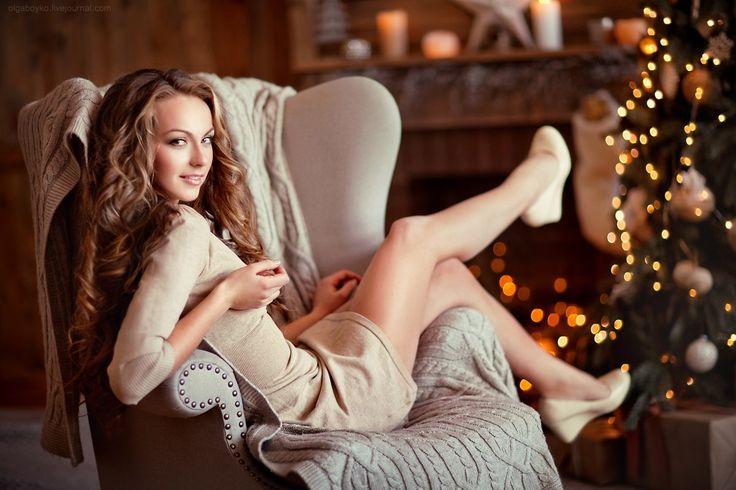 девушка полу лежа на кресле елка короткое платье длинные волосы елка студия