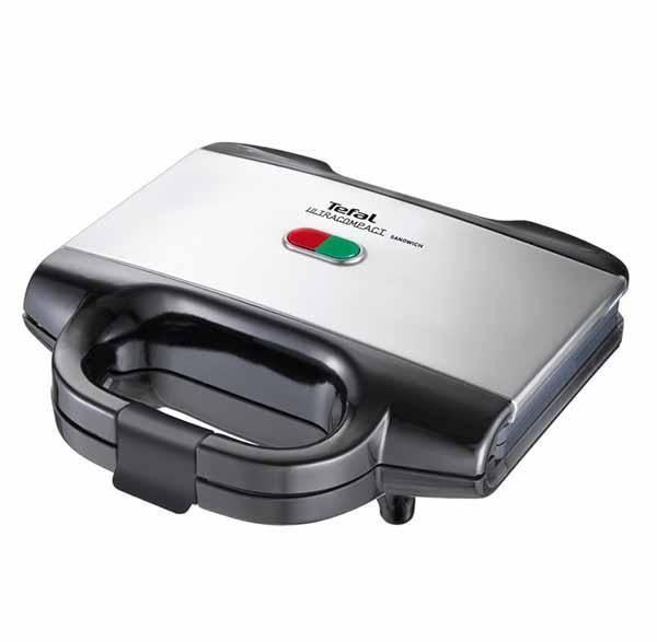 Sandwichmaker Tefal Ultracompact de 700W si 2 indicatori luminosi. Sandwichmakerul este prevazut cu sistem de depozitare a cablului si poate fi depozitat in pozitie verticala pentru a economisi cat mai mult spatiu.