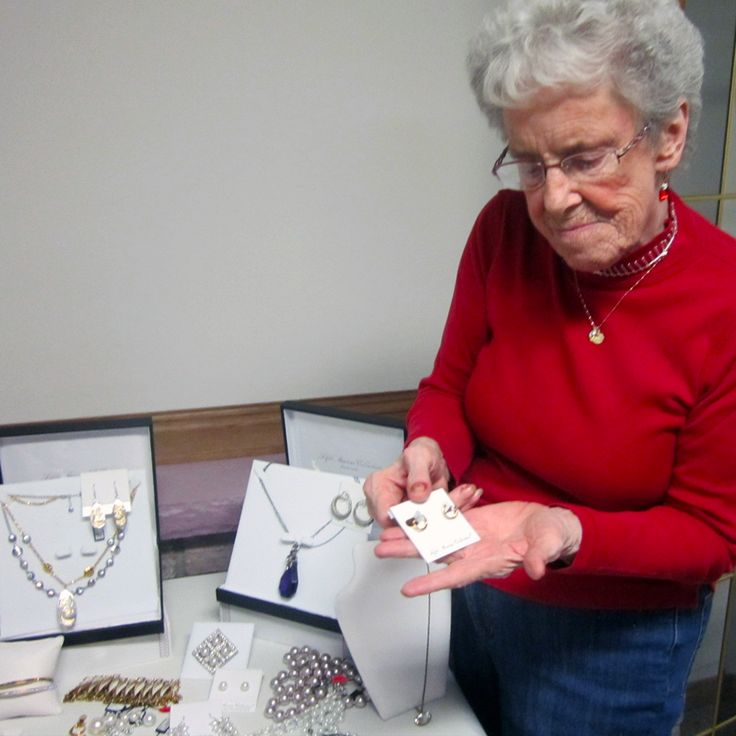 Shopping for some 5th Avenue Jewellery at Hudson Manor during the Mother's Day Denim & Diamond Party! #verveseniorliving