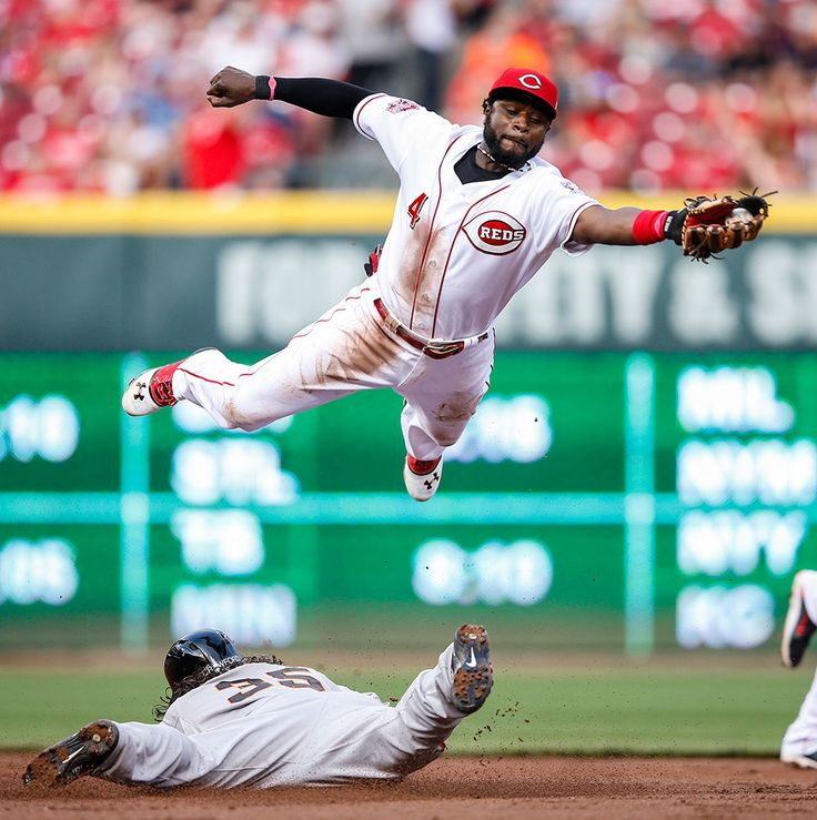 San Francisco Giants​' Brandon Crawford steals second base ahead of the throw to Cincinnati Reds​' Brandon Phillips at Great American Ball Park on May 15, 2015 in Cincinnati, Oh