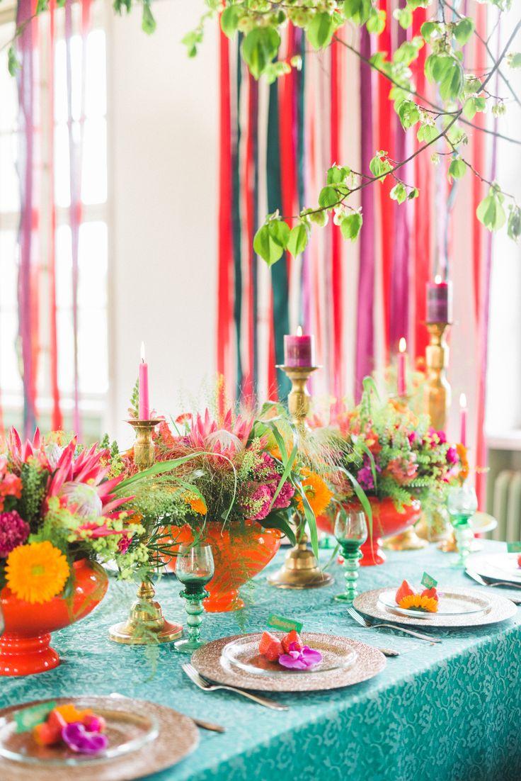 Blommor och jordgubbar används som dekoration på gästernas tallrikar.