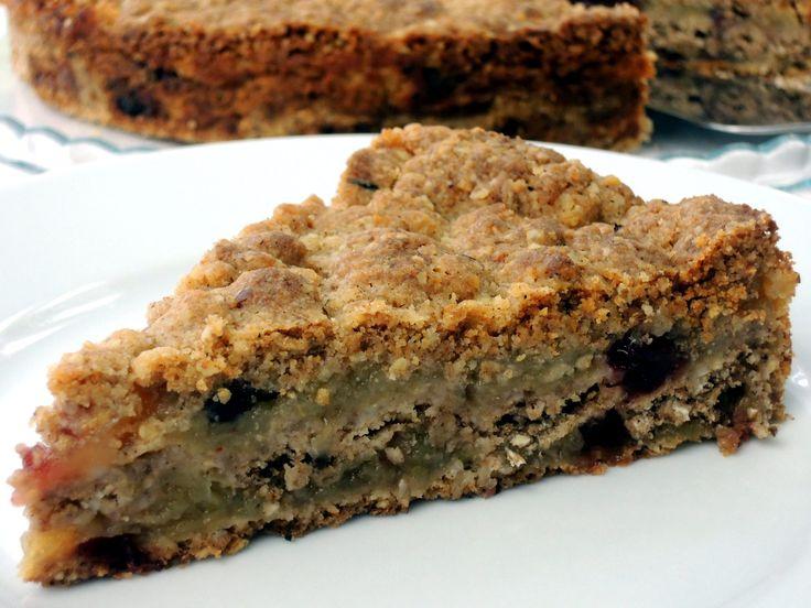 Vláčný a šťavnatý vrstvený dort z jablíček, ovesných vloček a špaldové mouky. Bezvadný k snídani. Dopřát si ho můžou i ti, kteří se vyhýbají vajíčkům :)