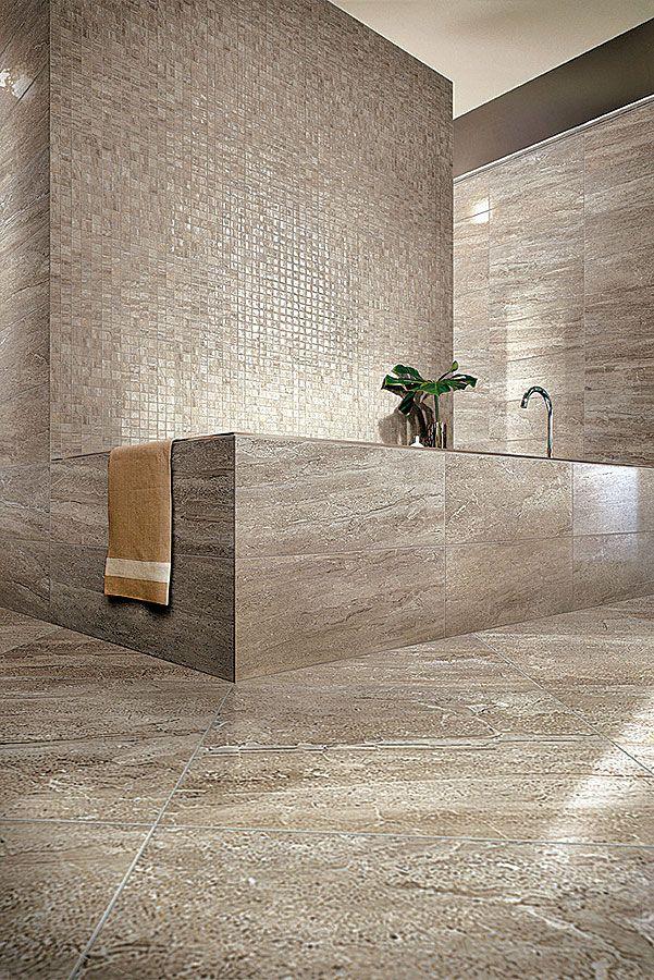 Véritable trompe l'œil, la collection Travertino Oniciato copie le marbre à la perfection. Les carreaux de 5 x 32,1 cm et la mosaïque de 32,1 x 32, 1 cm dialoguent avec le sol de 50 x 50 cm. ©Cerim http://www.domodeco.fr/matieres/le-carrelage-en-quete-de-decors.html