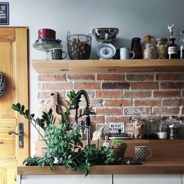 Ja mam zieloną herbatkę z rana, a kwiatki kąpiel 😉 Bo inaczej zawsze wszystko przeleję i ganiam ze szmatą po mieszkaniu jak głupia 😂😂 🙈 #kwiaty #flowers #zielone #kuchnia #kitchen #myhome #mójdom #kamienica #tenement #interior #interiordesign #dekoracje #decoration #zbieractwo #czerwonacegła #redbrick #myplace