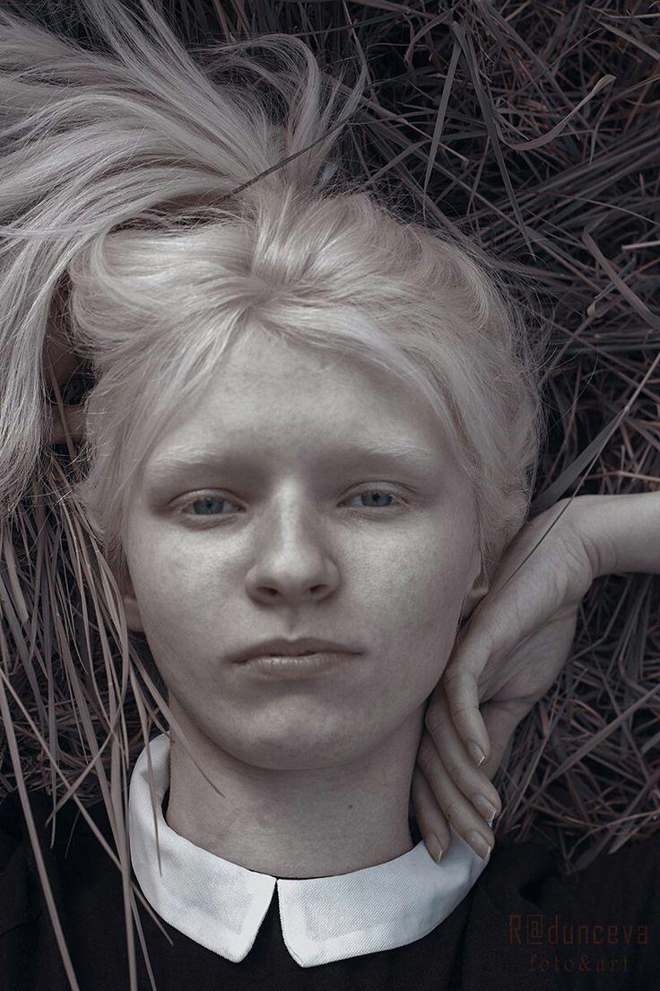 Таня Румянцева, Tanya Rumyantseva, альбинос, девушка альбинос, белые брови, белые ресницы, альбинизм, глаза, глаза альбиноса, белые волосы, натуральная блондинка, albino, albino girl, white eyebrows, white eyelashes, albinism, eyes, albino eyes, white hair, natural blonde, черно-белое, черно белое, портрет, тесты, модельные тесты, инопланетная красота, другая красота, модель, модель альбинос, красивый альбинос, солнце, голубые глаза, бледная кожа, белая кожа