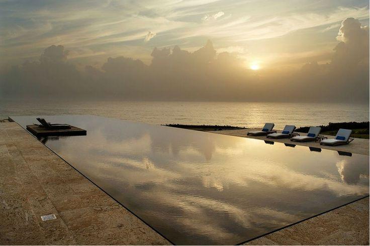 Casa Kimball (República Dominicana)      ¿Para qué conformarse con un hotel si puedes alquilar una villa entera para ti? Situada en la costa norte de la República Dominicana, su infinity pool es sólo un detalle más de este derroche de lujo estético.