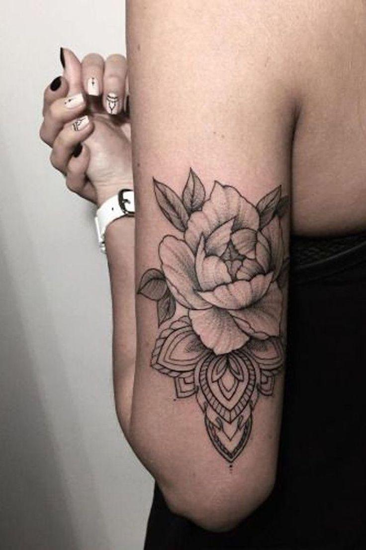 tatouage fleur rose sur bras pour femme