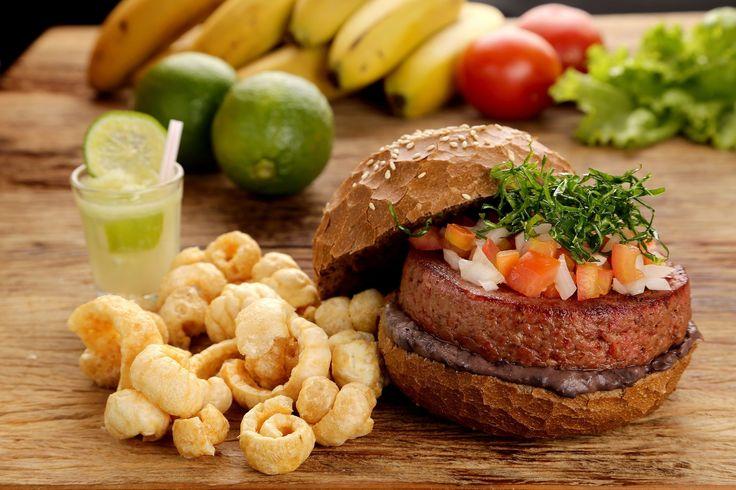Quincho Grill: Hambúrguer Mix Feijuca (carne seca, paleta suína, paio, calabresa, costelinha defumada e bacon) servido no pão preto com pasta de feijoada, crispis de couve e vinagrete.