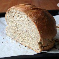 Křupavý domácí kmínový chleba (v pekárně zadělaný, v troubě pečený)