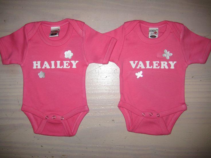 Twee roze rompertjes, maatje 50-56, voor een pasgeboren tweeling, naam en bloem/ vlinder in zilver glitter, kraamkadootje.