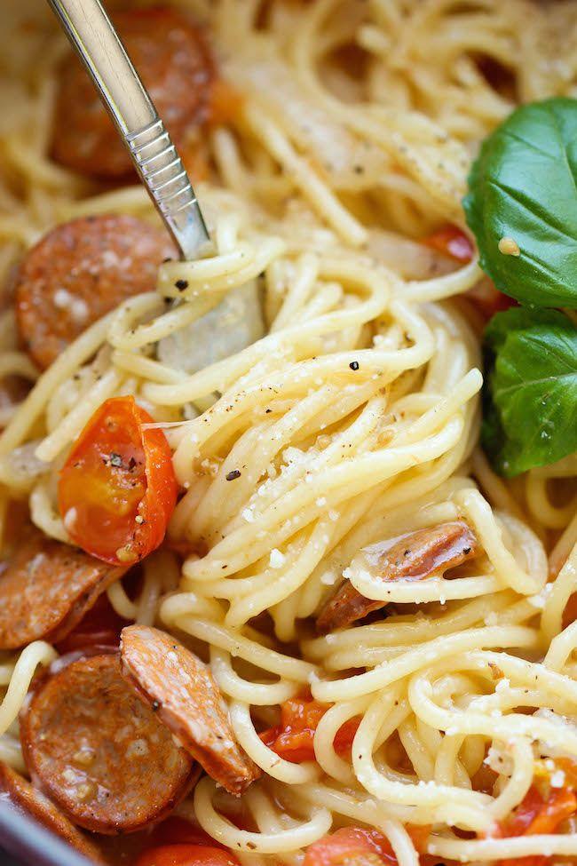 One Pot Pasta spaghetti saucisse fumée émincée 1 gros oignon, émincé 3 tasses tomates cerises coupées en deux 2 tasses de feuilles de basilic frais, légèrement tassées 4 gousses d'ail, émincées Sel et poivre noir moulu, (+ 1 tasse de parmesan râpé a la fin ) Dans une grande marmite à feu moyen, mélanger tous les ingrédientsl et 4 1/2 tasses d'eau; saler et poivrer au goût. Porter à ébullition; réduire le feu et laisser mijoter 8 a10mn a découvert. ajouter le parmesan. sevir immediatement